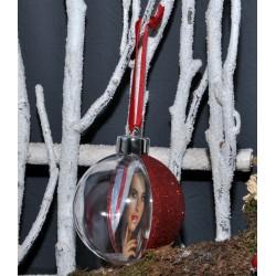 Boule de Noël avec l'arrière rouge à paillettes
